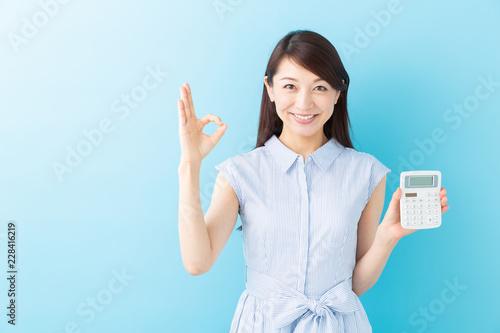 Fotografie, Obraz  電卓を持つ女性