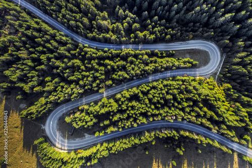 Keuken foto achterwand Luchtfoto Aerial view of winding road in green forest