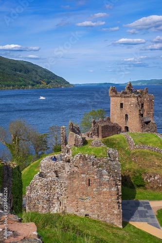 Staande foto Rudnes Die Ruine von Urquhart am Loch Ness in den Highlands von Schottland