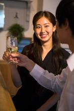 バーで飲む20代男女