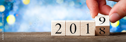 Fotografia  Hand Changing Date From 2018 To 2019 On Wooden Cube Calendar / New Year's Concep