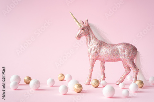 Cuadros en Lienzo Pink glitter unicorn with gold and white decoration