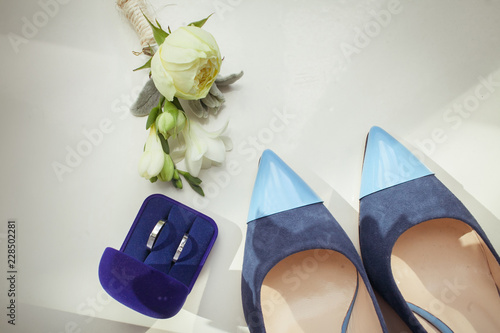 Fotografía  Wedding shoes and rings with a boutonniere of roses