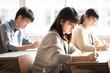 教室で勉強をする女子学生