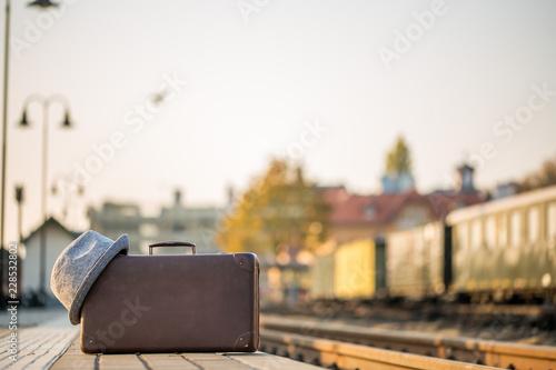 Keuken foto achterwand Spoorlijn Koffer mit Hut am Bahnsteig