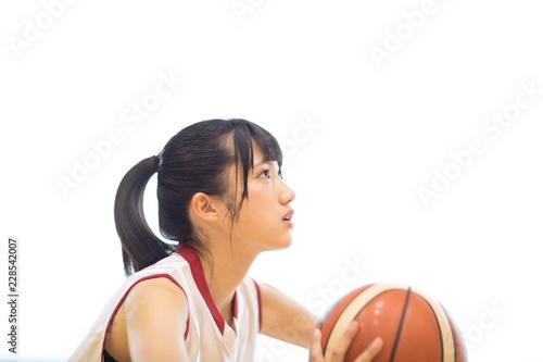 バスケットボールをする女子学生
