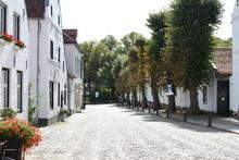 Witte Huizen Aan Keienstraatje...