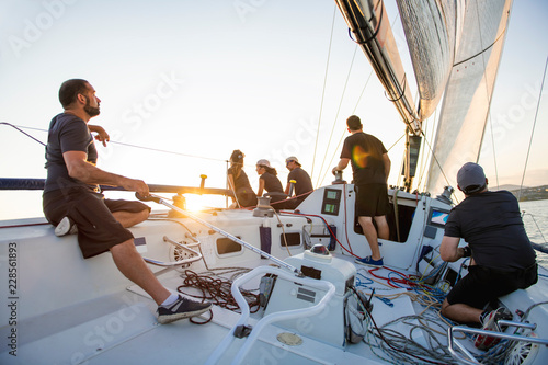 Papel de parede Team athletes Yacht training for the competition