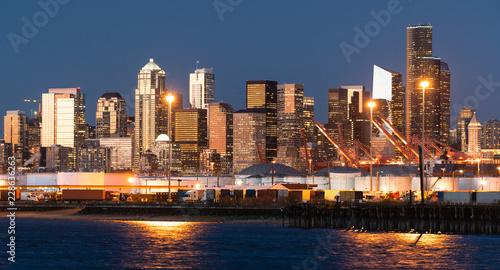 Plakat Nabrzeże Seattle w Waszyngtonie świeci o zmierzchu, pokazując czołgi i kontenery w porcie