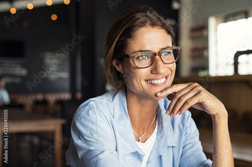 Photo  Smiling woman wearing spectacles