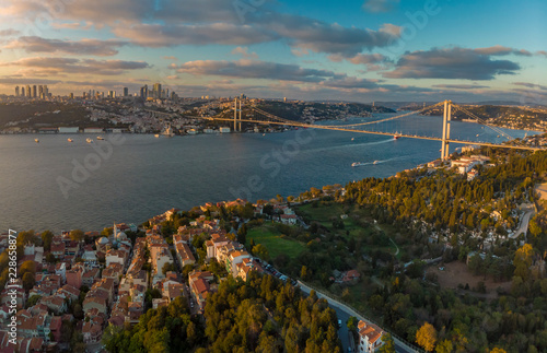 Slika na platnu Wide panorama of 15th July Martyrs Bridge (formerly Bosphorus Bridge) between As