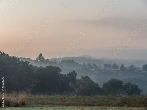 Cadres-photo bureau Colline Landschaft im Nebel auf dem Jakobsweg