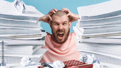 Fotografía  Frustrated overwhelmed executive working in the office and overloaded with paper