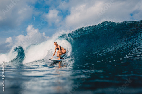 Photo Surf girl at surfboard on barrel wave