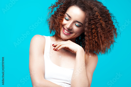 Beautiful smiling young woman on blue background Fototapete