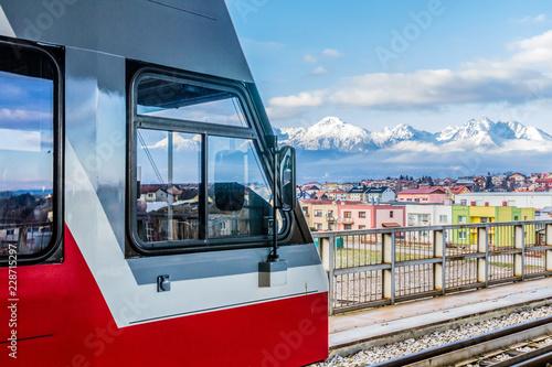 In de dag Spoorlijn Mit der Bahn in die Berge