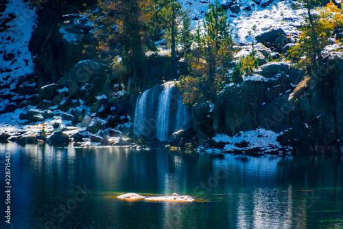 Foto op Aluminium Draken cascadas, saltos de agua y rios en otoño
