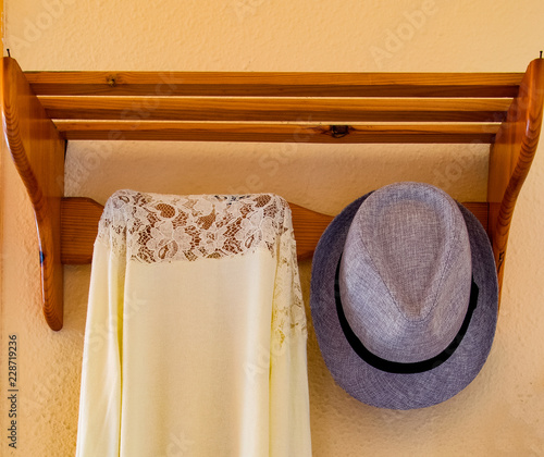 Fotografie, Obraz  Entrada de la vivienda con un colgador para depositar los complementos de vestir