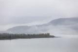 Mgłowa krajobrazowa mgła na jeziorze w ranku - Zimny jesieni zimy szary dzień w Alaska. - 228730415