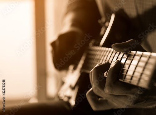 solo guitarist plays the part on the electric guitar. close-up Fototapet