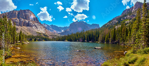 Fotografía  Photographer in Rocky Mountains The Noch lake with mountains panorama
