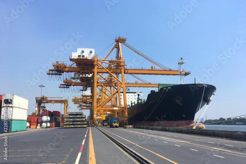 Plakat Port z ładunkiem statku podczas operacji cargo w czasie, jak dla przemysłu, logistyki wysyłki tło.