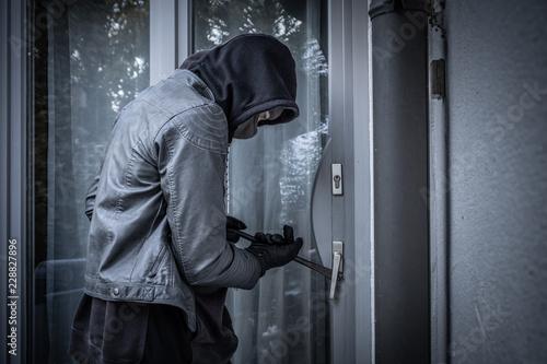 Slika na platnu Einbrecher an der Hintertür