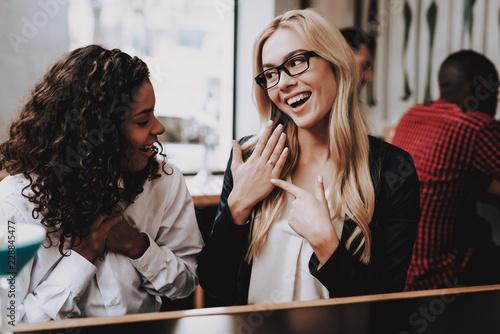 Foto  Blond Girl. Engaged. Girls. Cocktail. Sit. Bar.