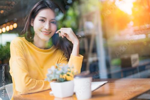 Carta da parati  beautiful asian woman enjoy hot drink morninig time near window in cafe shop lif