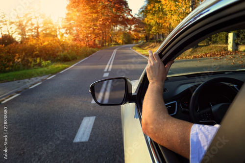 Photo Travel by car on an autumn empty road