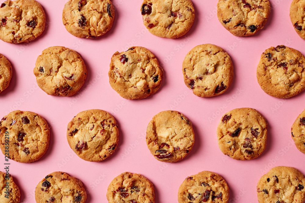 Fototapeta Fresh chocolate chip cookies pattern on pink background