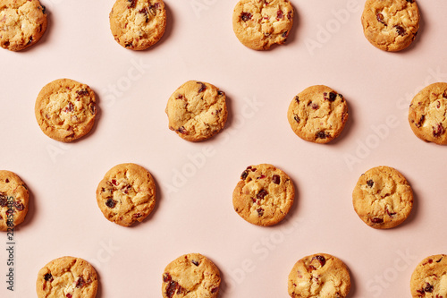 Foto Fresh chocolate chip cookies pattern on pink background