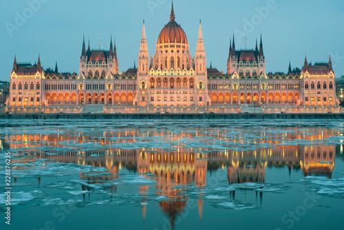 Fotomural Hungarian parliament at night, winter