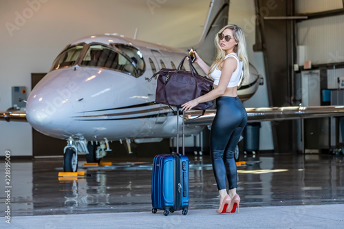 Fotomural Glamorous Blonde Model Travels On A Private Jet For Her Vacation
