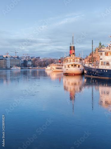 Foto  Stockholm winter image with old ship reflecting in thin ice.
