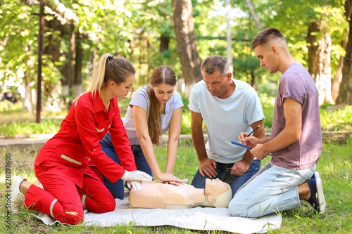 Fotografía  Group of people having first aid class with mannequin outdoors