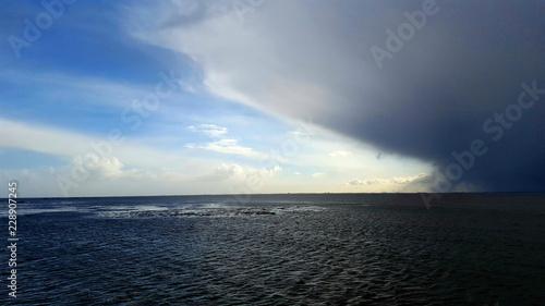 Spoed Foto op Canvas Onweer Regenfront über dem Meer