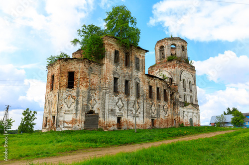 In de dag Rudnes abandoned settlement and beautiful architecture of the abandoned ruins of the Orthodox Church in an abandoned village in Kostroma region