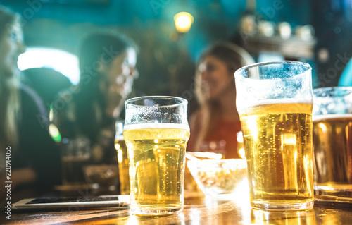 Photo Happy girlfriends women group drinking beer at brewery bar restaurant - Friendsh