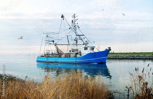 Krabbenkutter an der Nordseeküste, Küstenfischerei in Norddeutschland