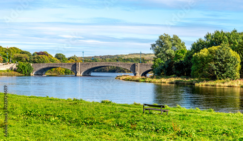 Foto op Plexiglas Brug A scenic view of am ached bridge and river Dee in a beautiful sunny day, Aberdeen, Scotland