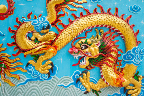 Photo  Beautiful colorful painting low relief dragon sculpture in Chinese temple wall,