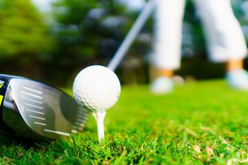 ゴルフボールとドライバー