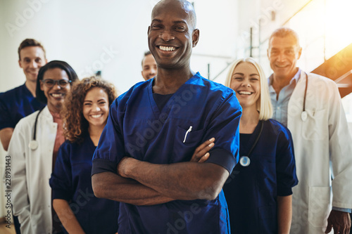 Smiling African doctor standing in a hospital with his staff Fototapet