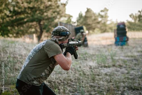 Fotografía  Man playing lasertag shooting game in open air