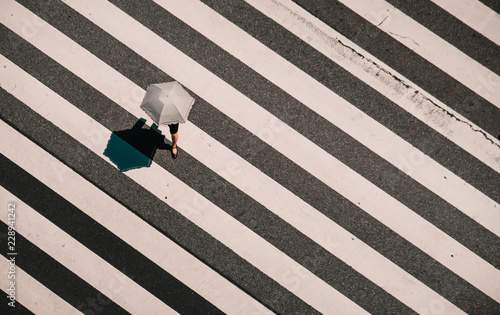 Foto Aerial view of people crossing a big intersection in Tokyo, Japan