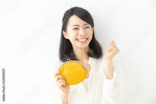Fototapeta 財布を持つ女性 obraz
