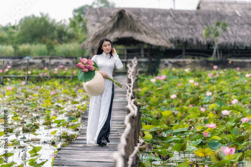 Photo Portrait of beautiful vietnamese woman with traditional vietnam hat holding the