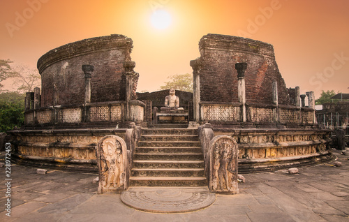 Photo Polonnaruwa Vatadage in the night is ancient structure dating back to the Polonnaruwa , Sri Lanka
