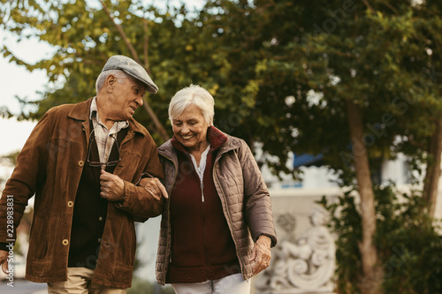 Fotografía  Happy retired walking outdoors on winter day